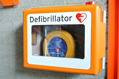 Defibrylator AED na ścianie